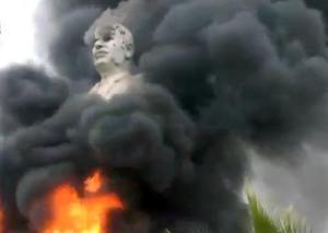 Hafez al-Assad burns in liberated Raqqa. photo by AP.